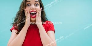 عکس با کیفیت تبلیغاتی زن در حال جیغ کشیدن از خوشحالی