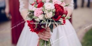 عکس با کیفیت تبلیغاتی دسته گل زیبا در دست عروس
