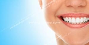 عکس با کیفیت تبلیغاتی زن لبخند بر لب و دندان های درخشان در بک گراند آبی آسمانی
