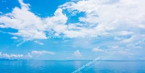 عکس با کیفیت تبلیغاتی دریای آرام و آسمان آبی صاف با ابر های زیبا