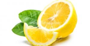 عکس با کیفیت تبلیغاتی یک اسلایس لیمو شیرین در کنار نصفه ی لیمو شیرین و برگ هایش