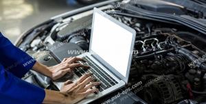 عکس با کیفیت تبلیغاتی مرد در حال کار کردن با لپ تاپ بر روی کاپوت ماشین