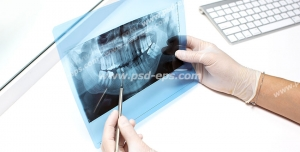 عکس با کیفیت تبلیغاتی عکس رادیولوژی دندان در دست دکتر دندانپزشک و برسی آن