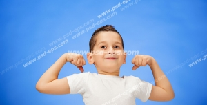 عکس با کیفیت تبلیغاتی پسر بچه با تیشرت سفید در حال فیگور گرفتن در بک گراند آبی