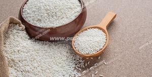 عکس با کیفیت تبلیغاتی برنج های بیرون ریخته شده از داخل کیسه در کنار ظرف پر برنج