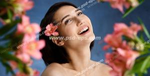 عکس با کیفیت تبلیغاتی گل صورتی کوچک در کنار موهای زن و فضای پر شده با گل در بک گراند سرمه ای