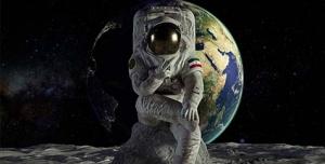 فضانورد ایرانی ( با پرچم ایران و آرم سپاه)